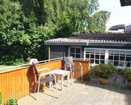 Terrasse med et cafesæt og planter